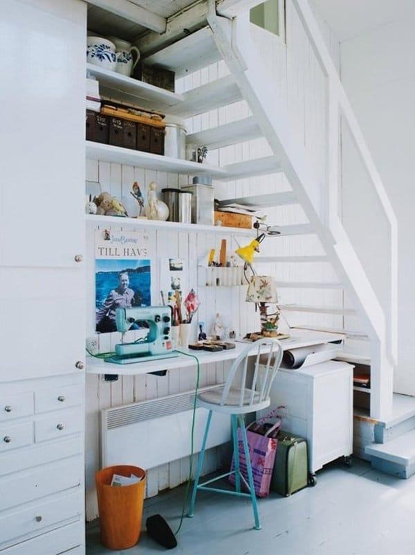 coin dédié à la couture sous escalier