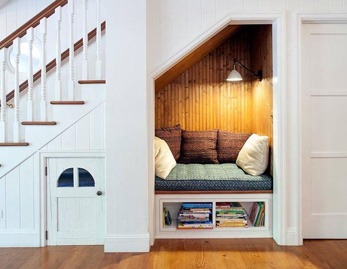 coin lecture amenagé sous escalier