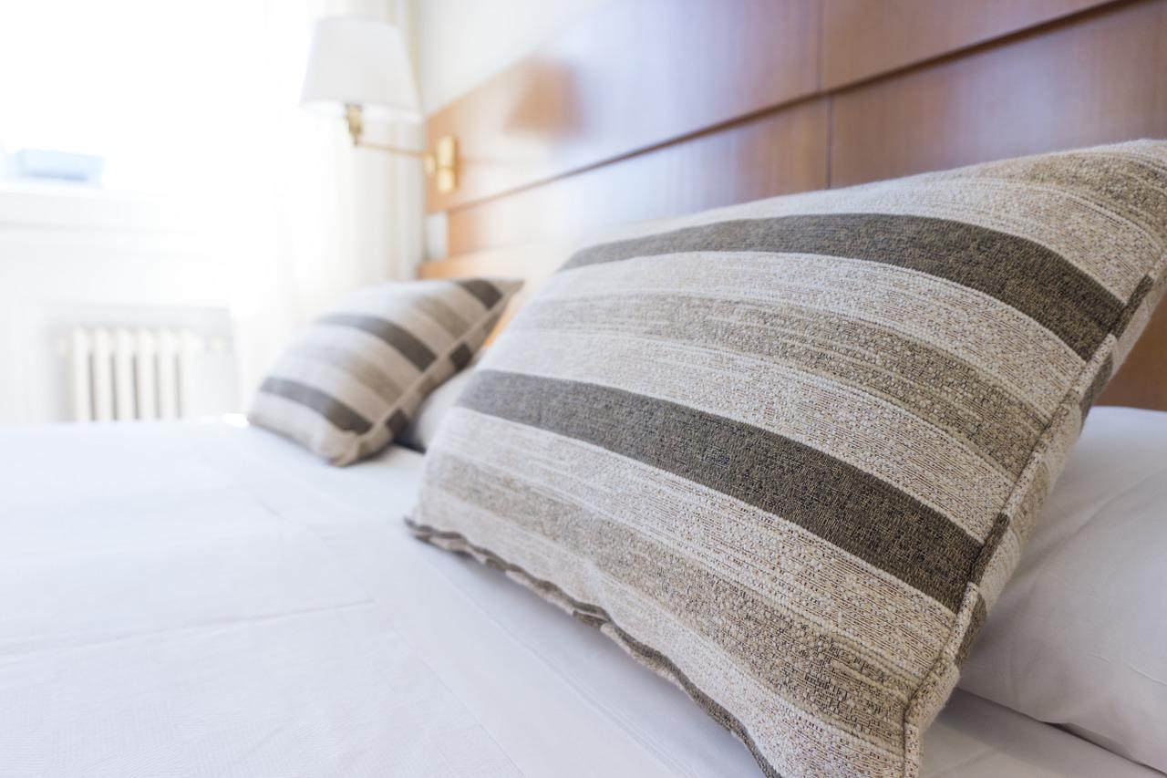 coussin sur un lit
