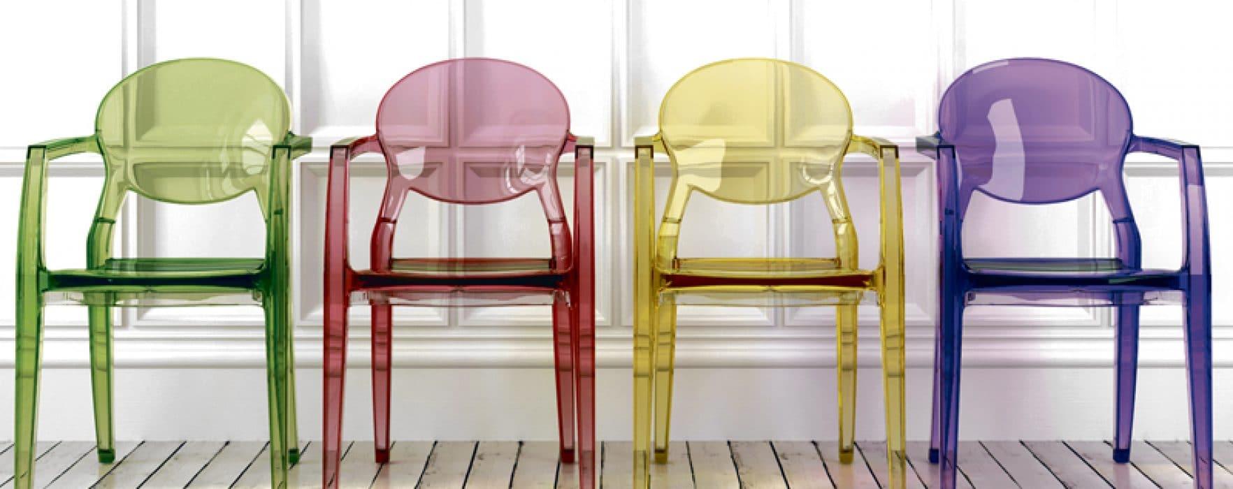chaises colorées plexiglass