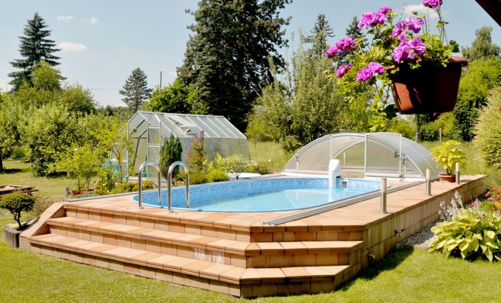 piscine hors sol habillée par un jardin