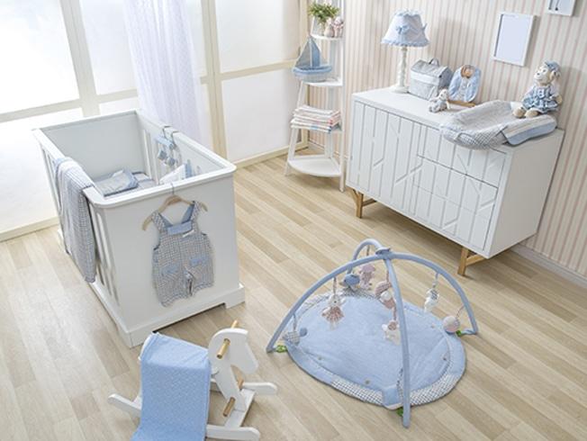 chambre de bébé avec de l'espace