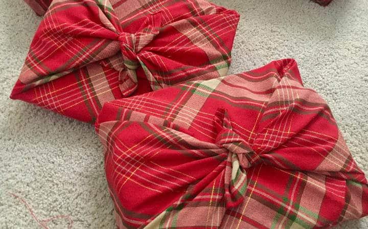 emballage cadeau en tissu avec technique de pliage furoshiki
