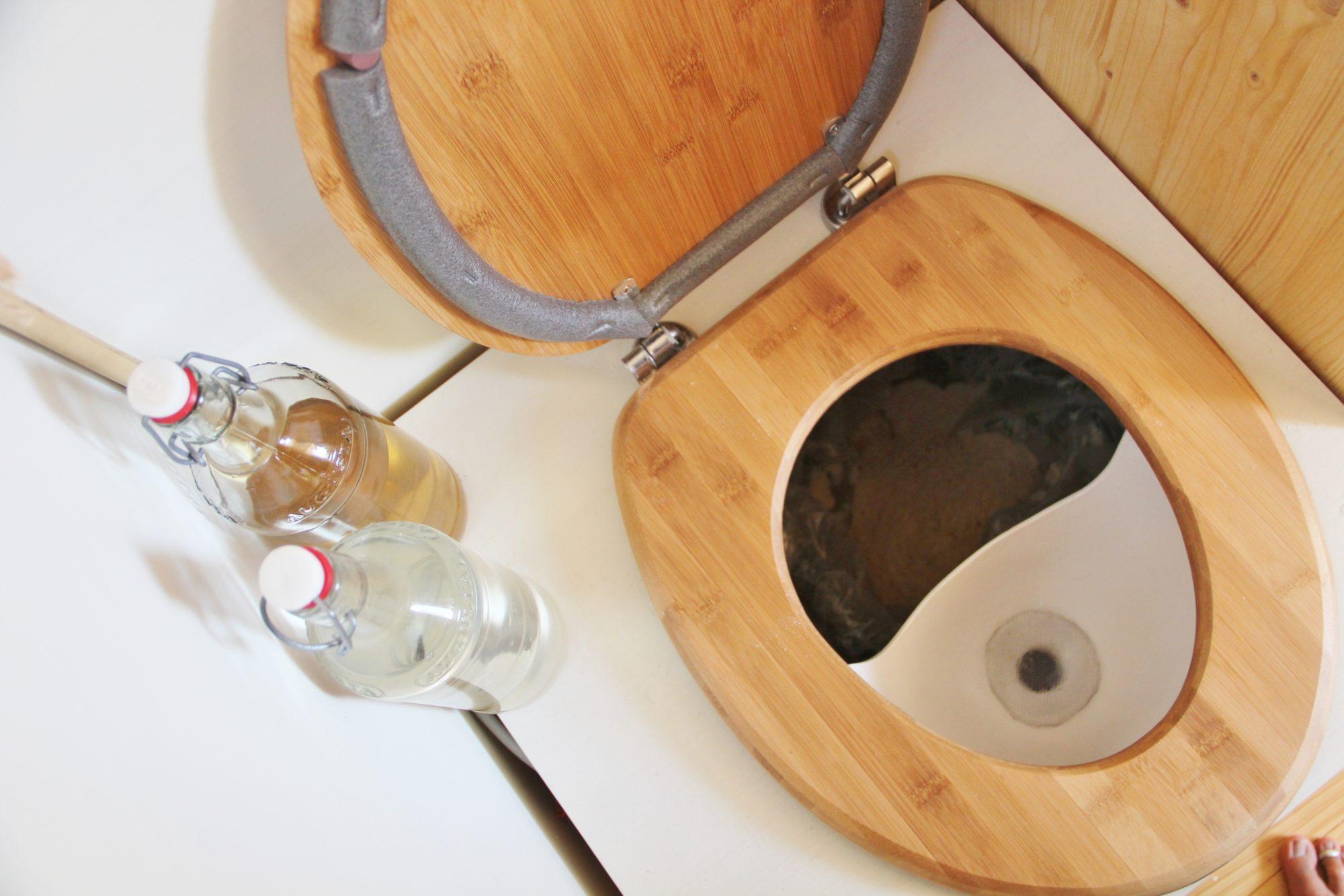 zoom intérieur de toilettes seches