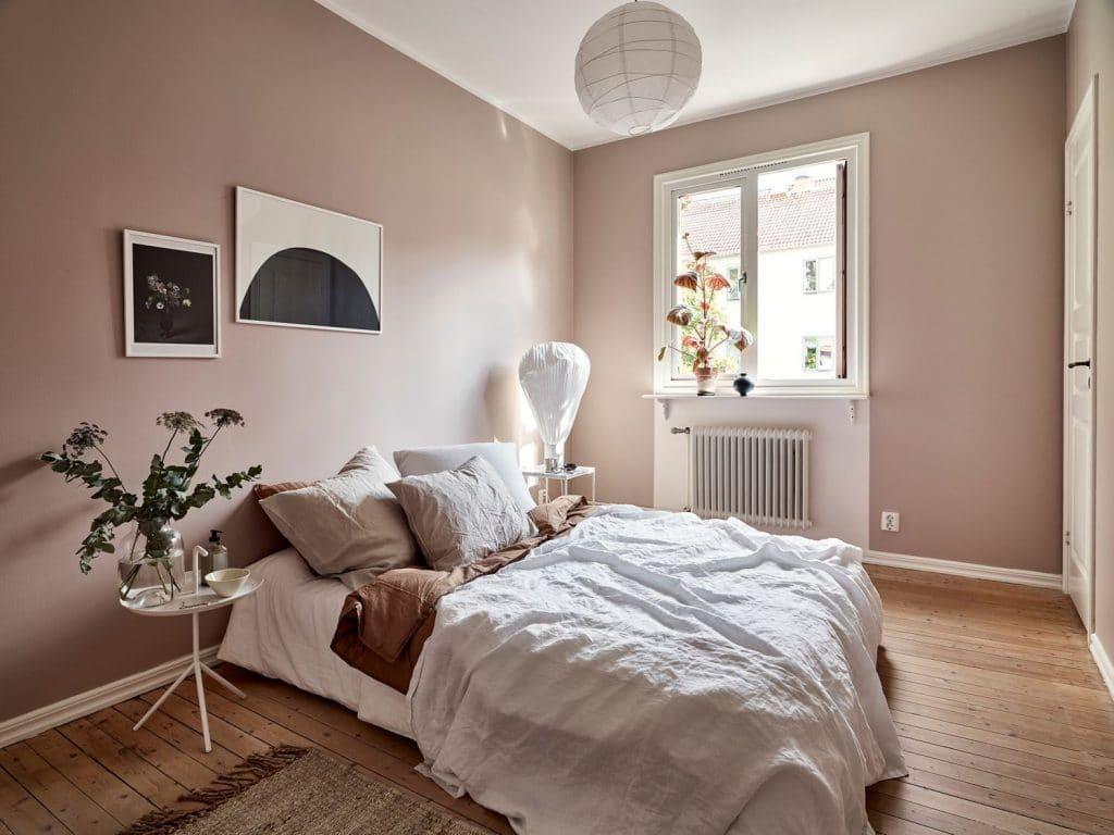 chambre avec peinture couleur taupe