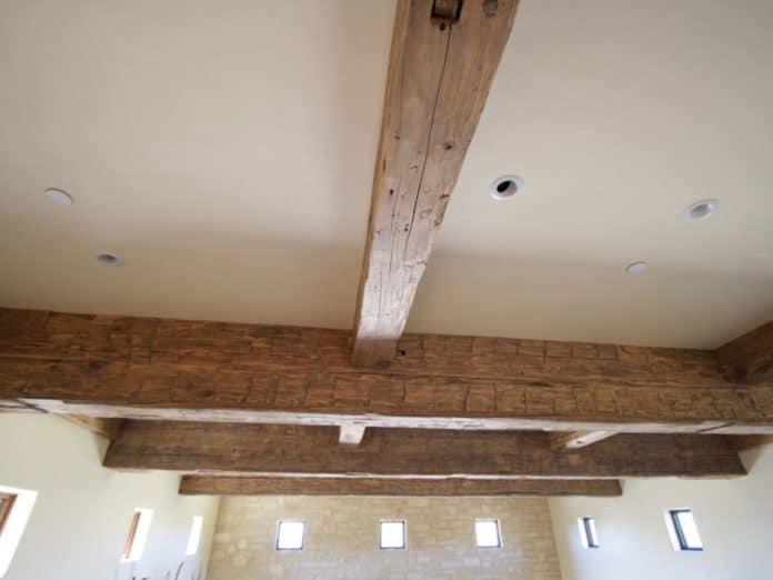 éclaircir des poutres en bois apparentes et anciennes