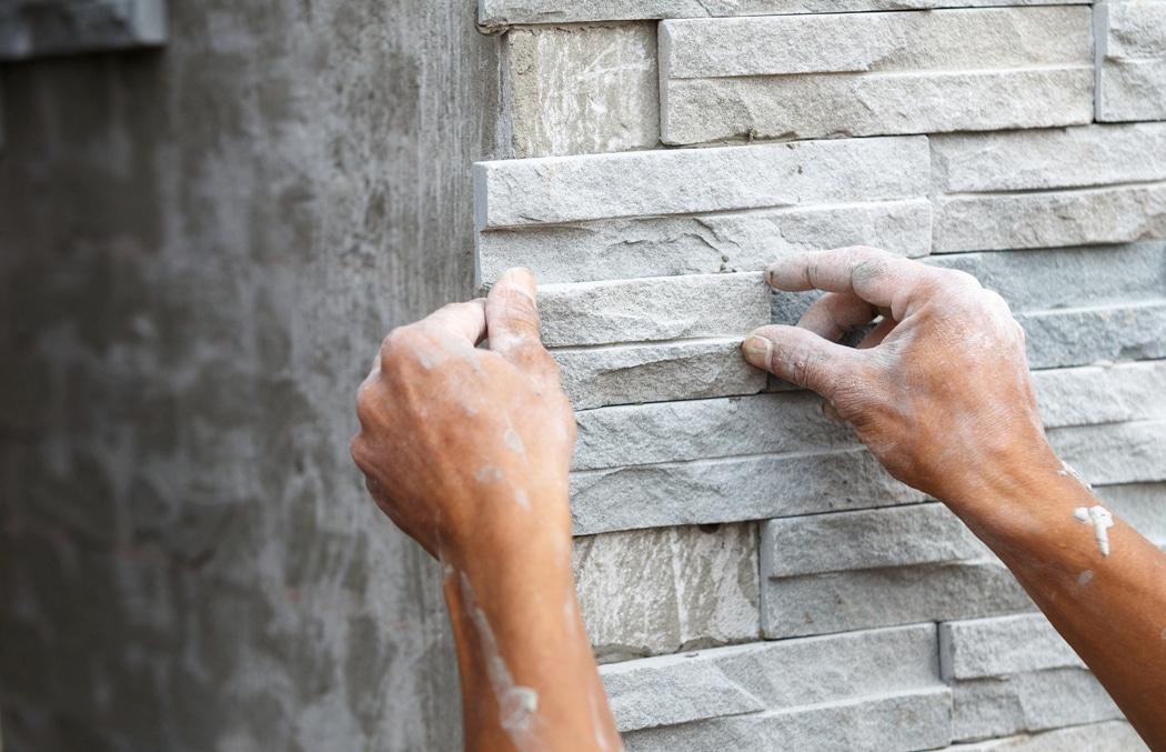 Comment habiller un mur extérieur abimé ?
