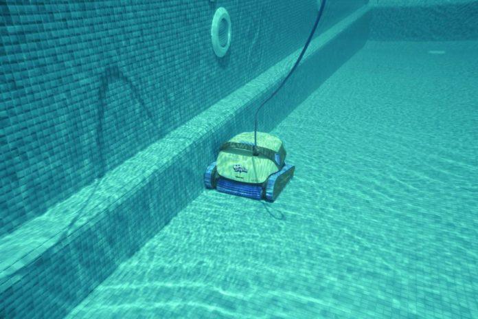 Robot piscine : est-il utile contre l'eau verte ?