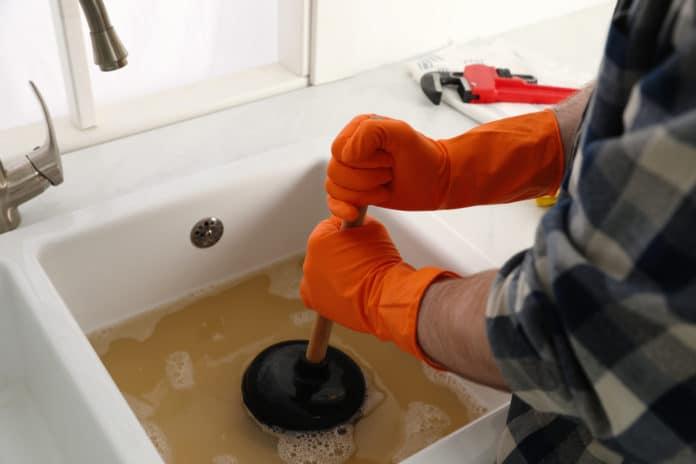Comment déboucher un évier